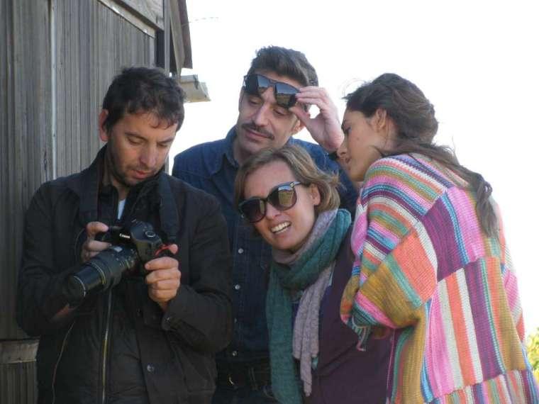 Daniel, Marcelo, Cecilia y Lucía, mirando las fotos.