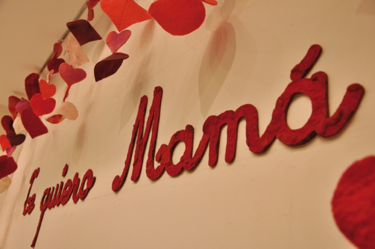 Manos del Uruguay - vidriera Dia de la Madre Punta Carretas Shopping