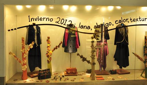 Vidriera invierno 2012 hojas que caen prendas que nos for Decoracion de vidrieras de ropa