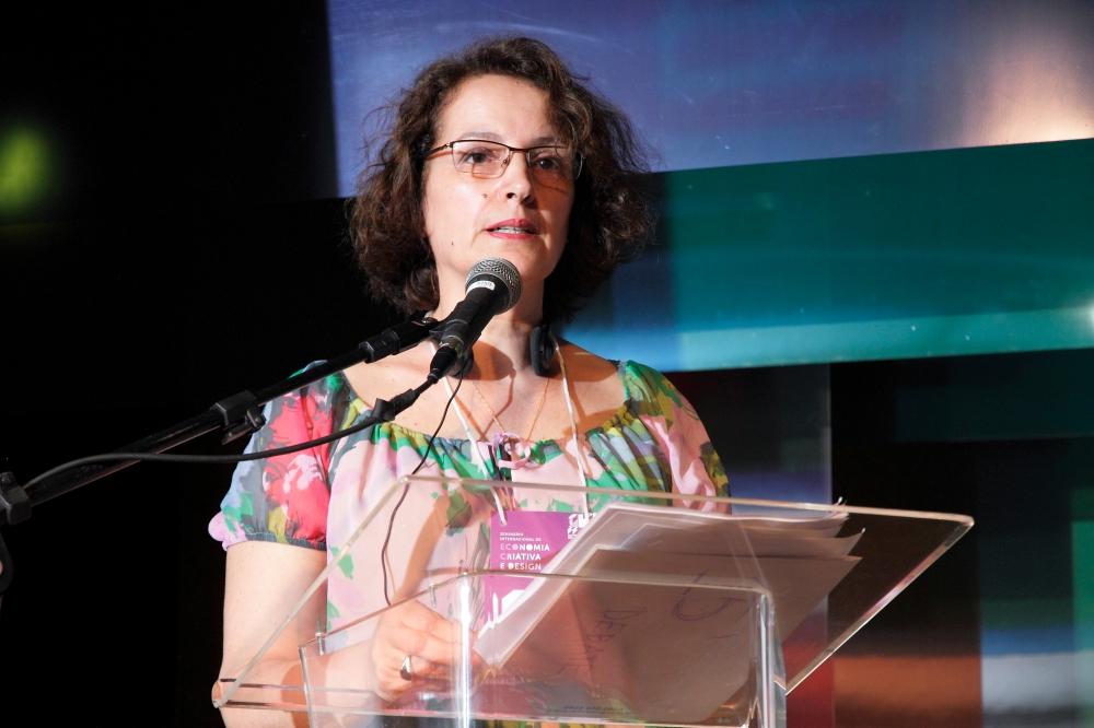 Elisabeth Sosa - Directiva de Manos del Uruguay dando la conferencia en Minais Gerais
