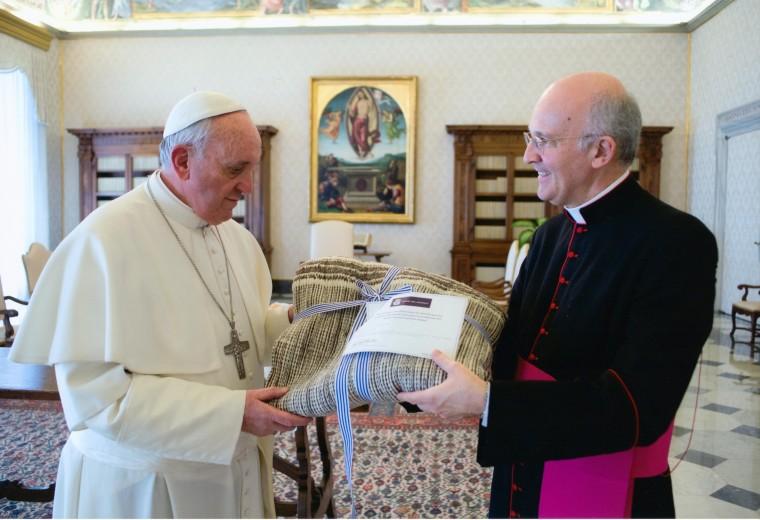 Papa Francisco recibiendo la manta Tierra Mojada - Fotografía gentileza del servicio fotografico del Vaticano
