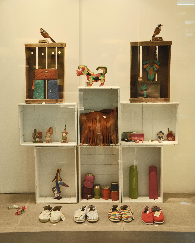 Lleg el verano a nuestras vidrieras for Decoracion de vidrieras de ropa
